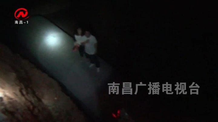 粗心夫婦夜間開車 連人帶車墜入深坑